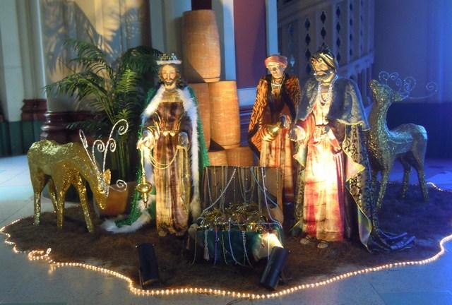 3 kings presenting gifts